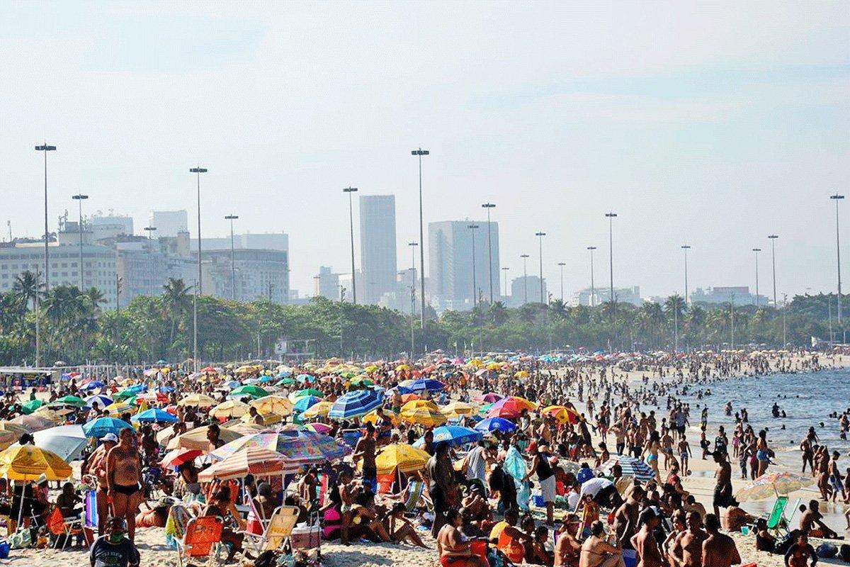 A pandemia acabou? Praias voltam a ficar lotadas no Rio e no litoral de SP | Exame