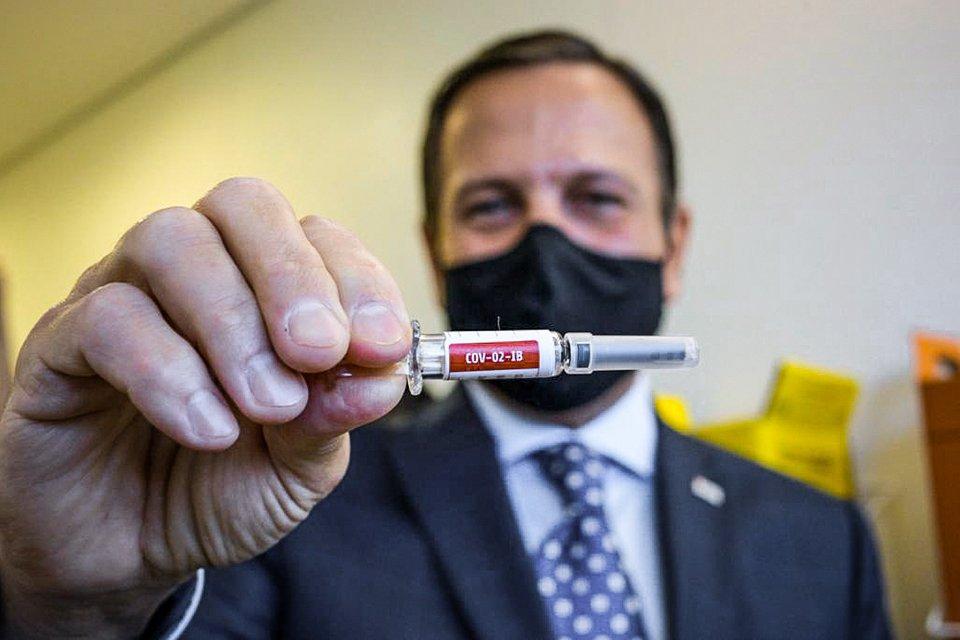 Começou no HC em São Paulo a aplicação da primeira dose dos testes da vacina contra o Coronavírus