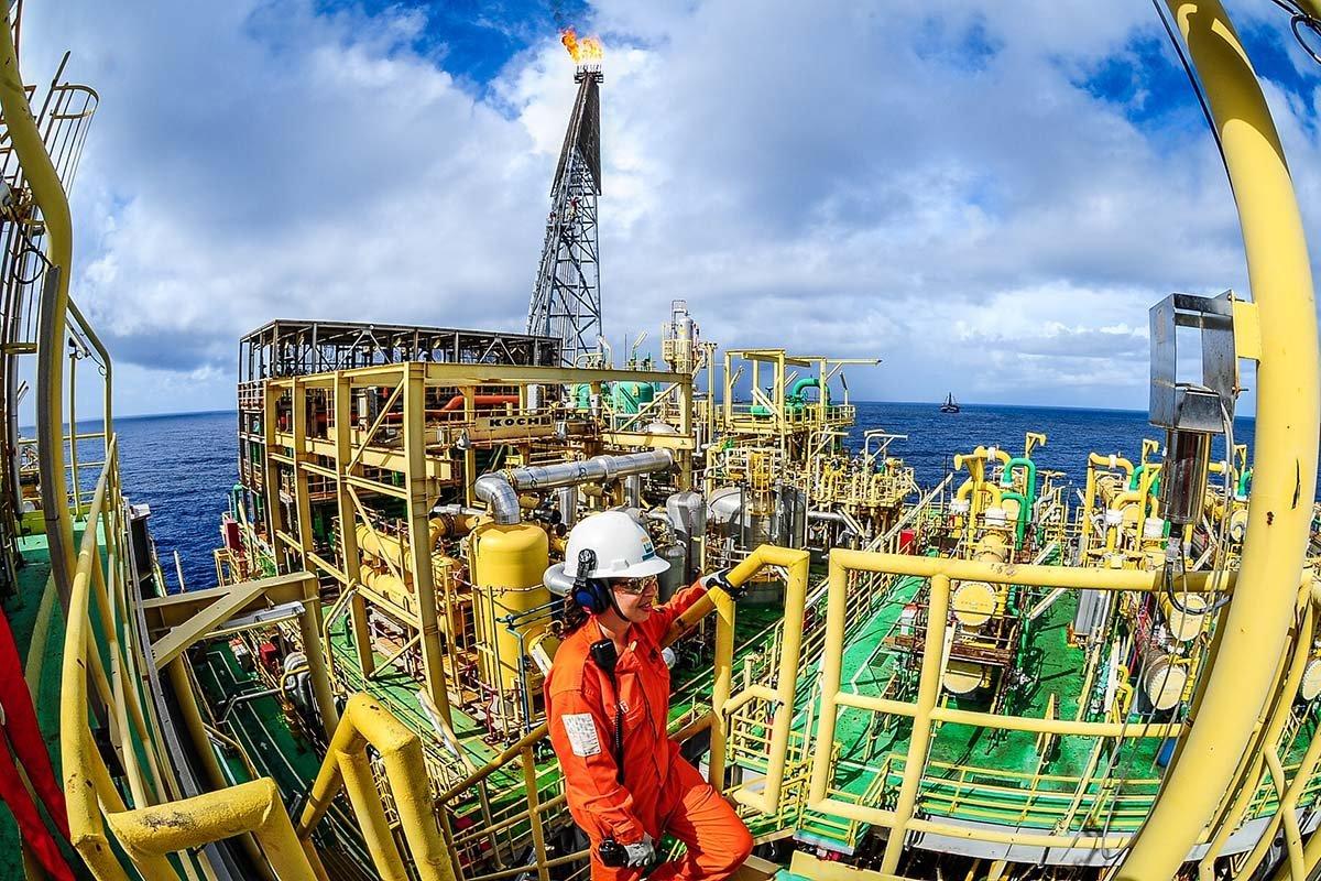 Plataforma de extração de petróleo da Petrobras: companhia perde valor de mercado e a chance de capitalizar o rali no preço do petróleo agora. Além disso, investe pouco em energias renováveis, que deverão crescer daqui para frenteGermano Lüders/Exame