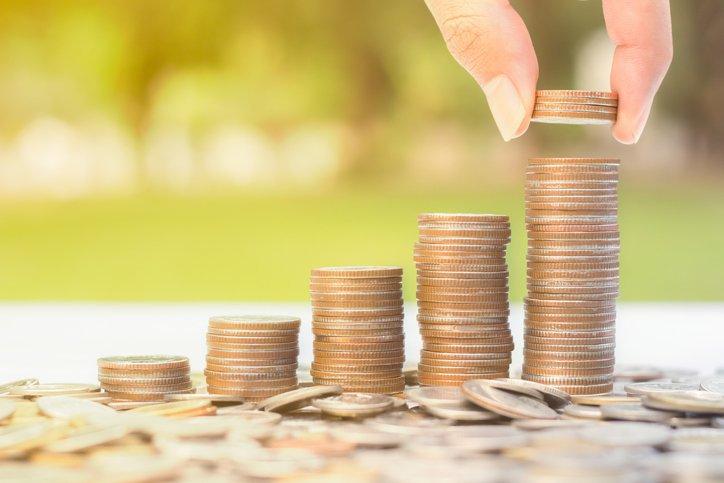 Pilhas de moedas em crescente, representando os resultados com investimento a longo prazo