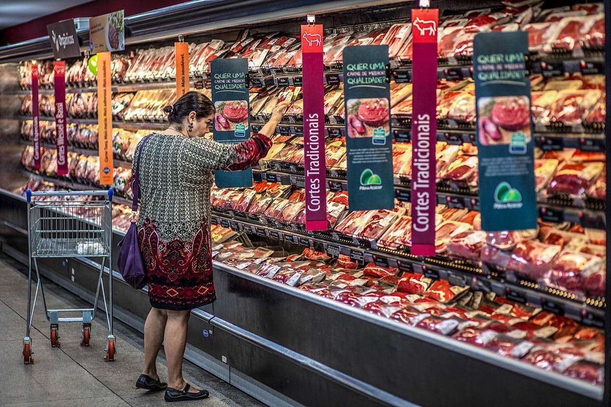 Mais pobres sentem a inflação nos alimentos, e ricos nos combustíveis