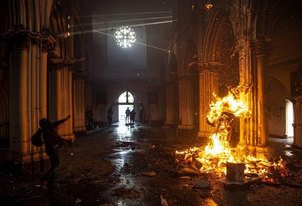 Igrejas são incendiadas em aniversário de protestos no Chile