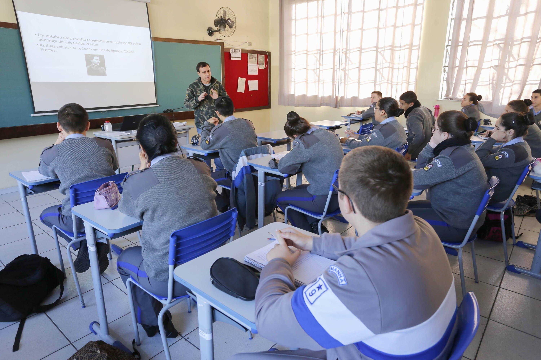 Mais de 200 escolas do Paraná serão transformadas em cívico-militares