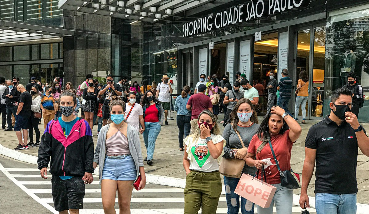 São Paulo SP 25 10 2020-Domingo na avenida Paulista com aglomeração de pessoas em Shopping e frente a Caixa Economica. Foto Roberto Parizotti