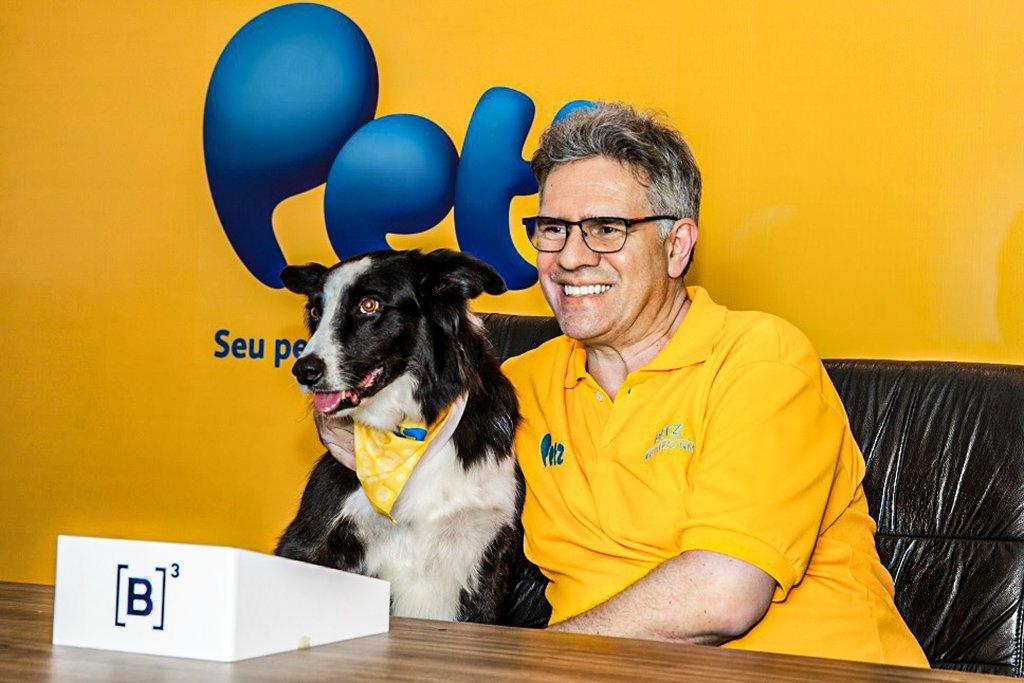 Sergio Zimerman, fundador e CEO da Petz, com o Wolke, mascote da rede de pet shop para o IPO