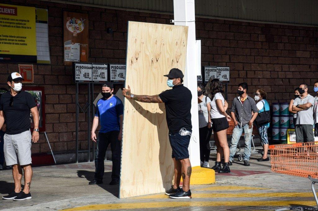 Moradores compram placas para proteger suas casas antes da chegada do Furacão Delta no estado de Quintana Roo, no México, em 6 de outubro de 2020