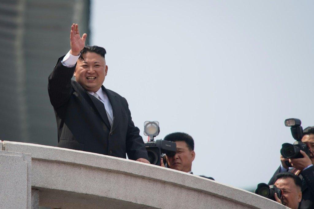O líder norte-coreano Kim Jong Un acena para multidão, em 10 de outubro