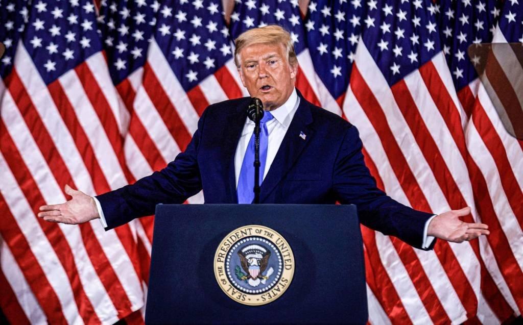 O presidente dos EUA, Donald Trump, fala sobre os primeiros resultados da eleição presidencial dos EUA de 2020 na Sala Leste da Casa Branca em Washington, EUA, 4 de novembro de 2020. REUTERS / Carlos Barria