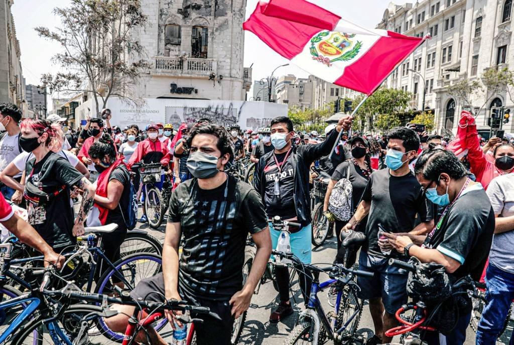 Os peruanos saem às ruas para comemorar a renúncia do presidente Manuel Merino em um discurso na televisão, em Lima, Peru, em 15 de novembro de 2020. REUTERS / Sebastian Castaneda