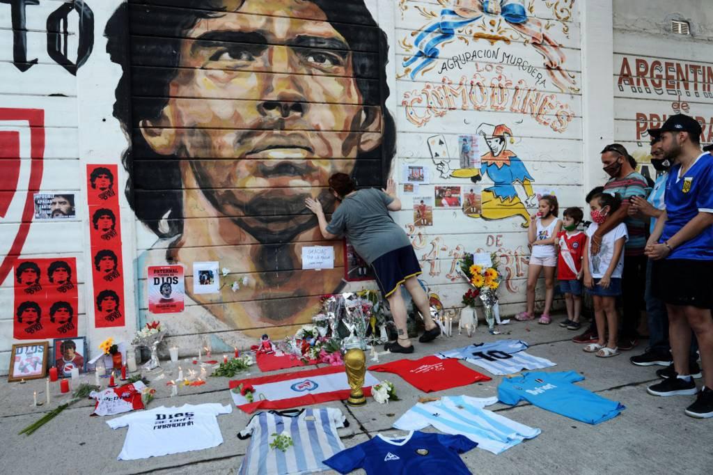 Pessoas se reúnem para lamentar a morte da lenda do futebol argentino Diego Maradona em Buenos Aires
