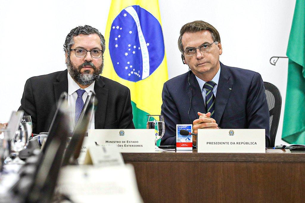 Bolsonaro e Ernesto Araújo durante videoconferência dos líderes do G20.