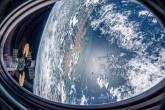 (27 de novembro de 2020) — Esta foto foi tirada de uma janela do veículo SpaceX Crew Dragon enquanto a Estação Espacial Internacional orbitava sobre o Oceano Atlântico próximo à costa do Brasil perto da foz do Rio Amazonas. Duas outras espaçonaves, incluindo a nave de carga Cygnus com seus dois painéis solares em forma de címbalo proeminentes e, atrás dele, a tripulação russa Soyuz MS-17 com seus painéis solares retangulares, também são retratados atracados no laboratório orbital