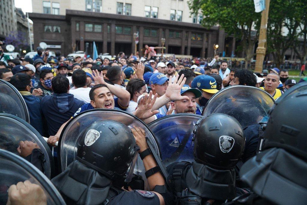 Velório de Maradona reúne milhares de pessoas na Casa Rosada
