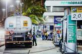 Caminhão abastece posto de gasolina no Rio de Janeiro