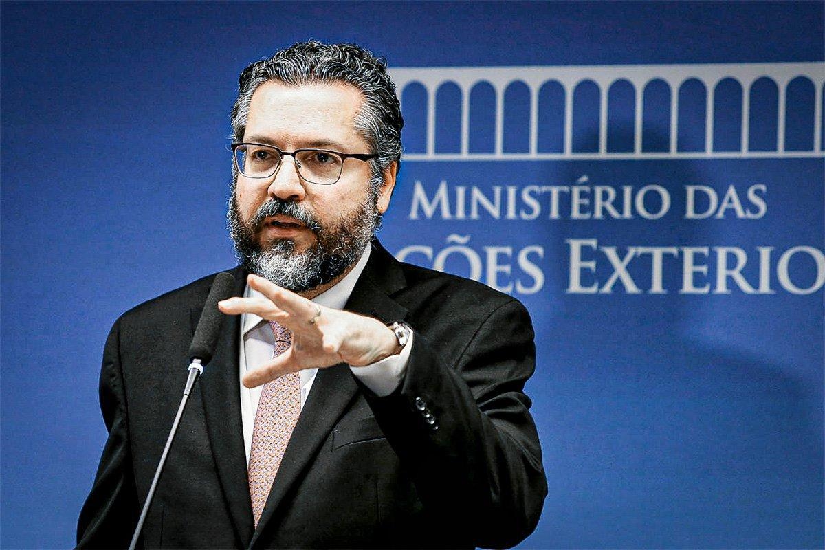 Ernesto Araújo minimiza invasão do Capitólio: manifestantes são cidadãos de bem | Exame
