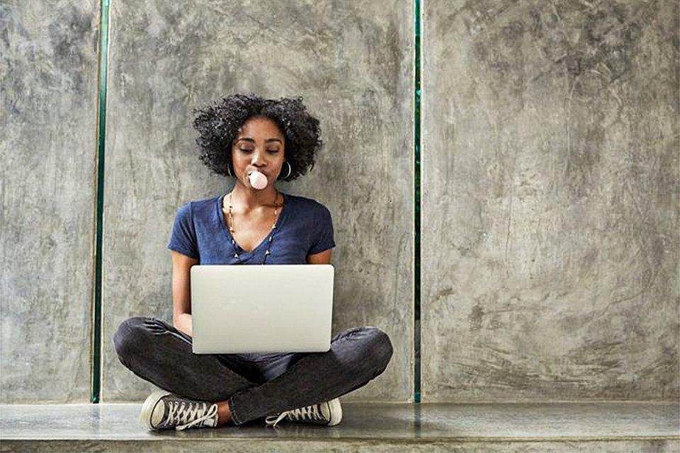 Mulher usando o computador para verificar a rentabilidade de seus investimentos