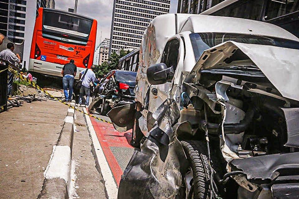 Em São Paulo, acidente entres carros e ônibus interditam a avenida Paulista