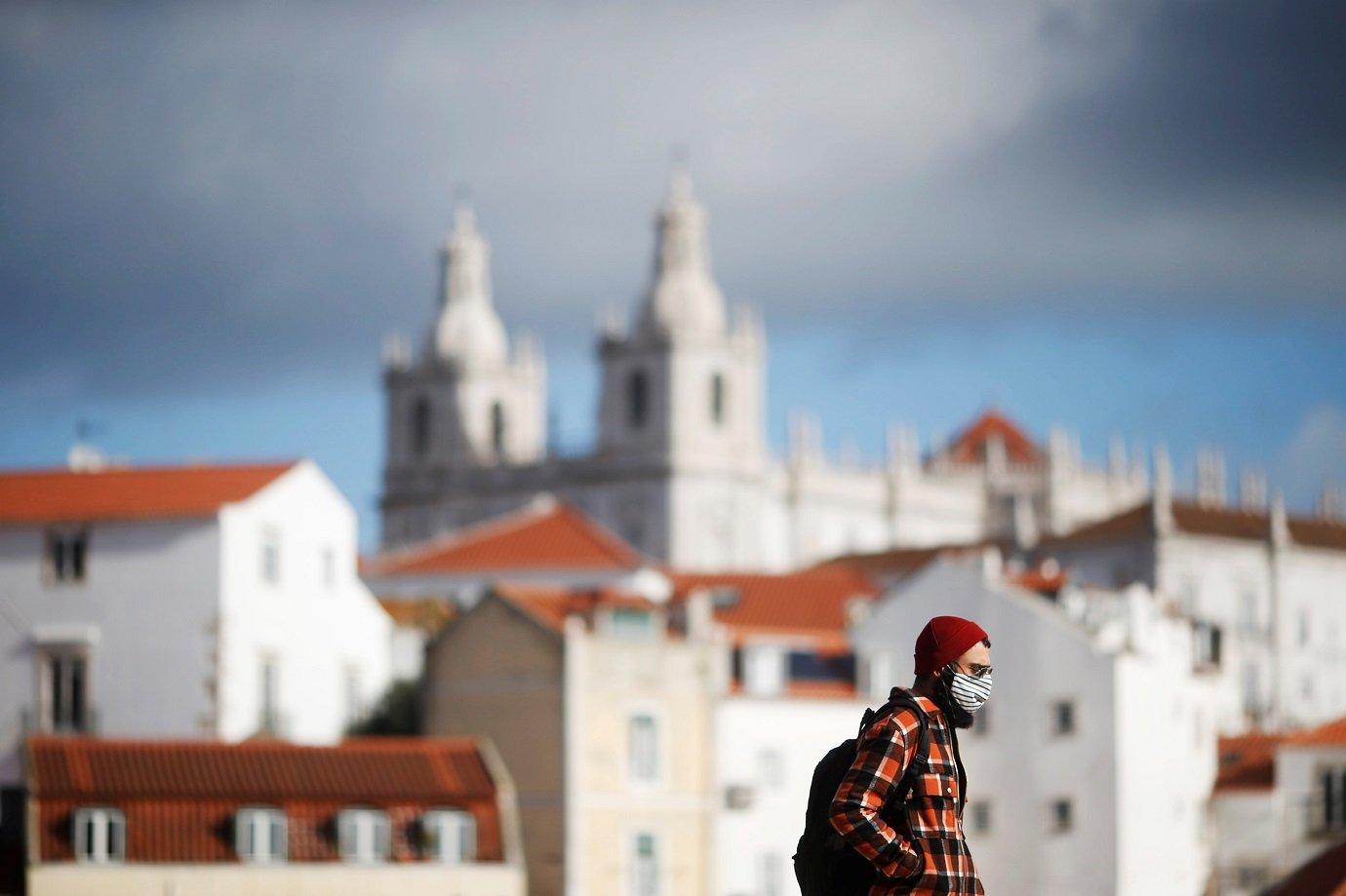 Portugal derruba uso de máscara nas ruas após vacinar 80% da população