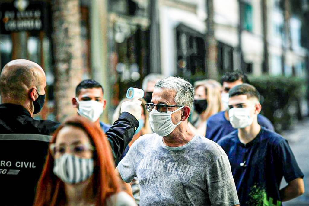 Rio de Janeiro registra aglomerações em reabertura de shoppings