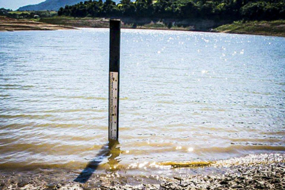Medidor mostra o nível da água na represa de Jaguari, da Sabesp, próximo de Santa Isabel
