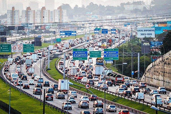 Trânsito na Rodovia Castelo Branco, em São Paulo (SP), nesta sexta-feira (4).