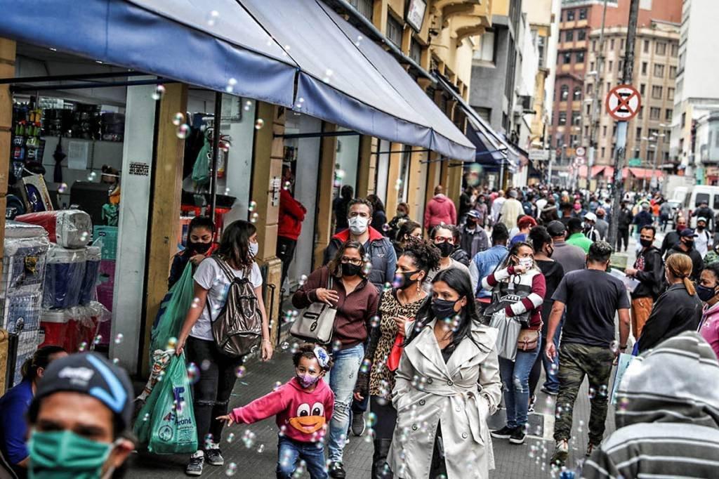 Pessoas caminham em rua comercial popular em meio ao surto da doença coronavírus (COVID-19), em São Paulo, Brasil, 15 de julho de 2020. Foto tirada em 15 de julho de 2020. REUTERS / Amanda Perobelli