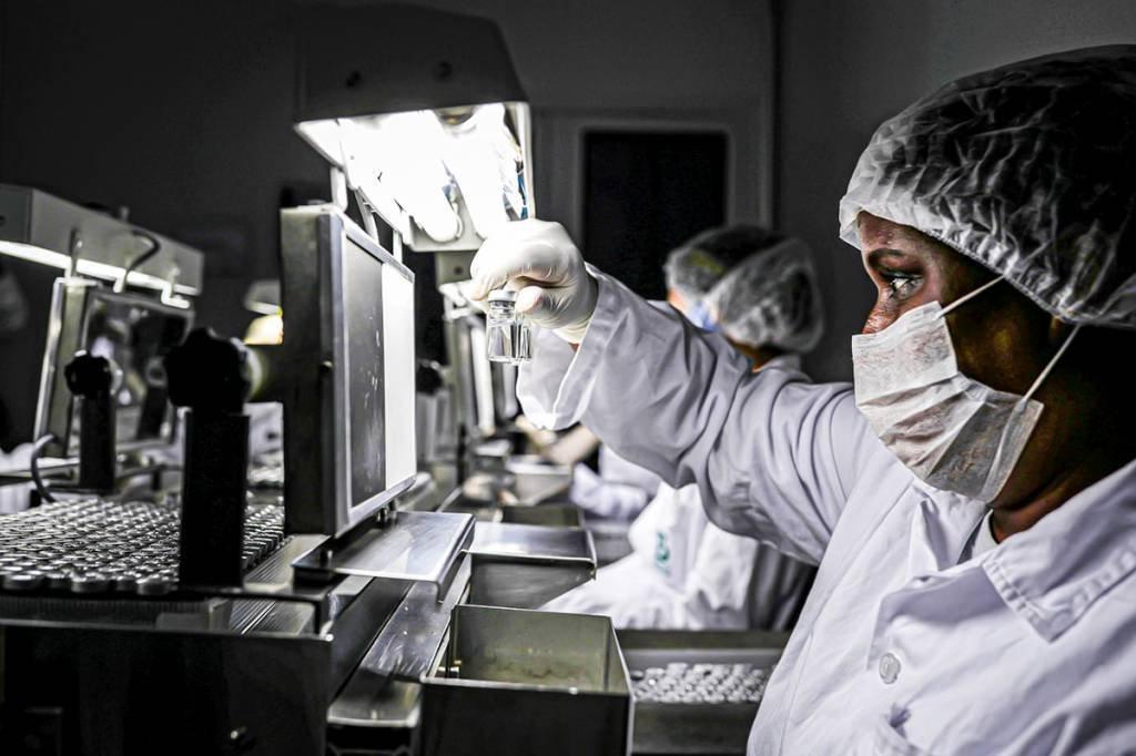 Mulher trabalha no setor de fiscalização onde será produzida a Coronavac, vacina da SinoVac contra coronavírus (COVID-19), no Centro Biomédico do Instituto Butantan, em São Paulo, Brasil 22 de dezembro de 2020. REUTERS / Amanda Perobelli