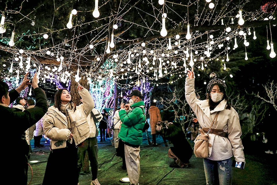 As pessoas visitam um complexo comercial no dia de Natal, acompanhando os novos casos da doença coronavírus (COVID-19) em Pequim, China, 25 de dezembro de 2020. REUTERS / Tingshu Wang