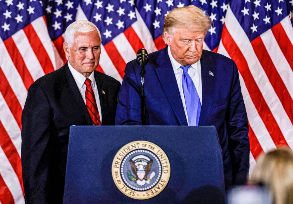O presidente dos EUA, Donald Trump, e o vice-presidente Mike Pence, fazem comentários sobre os primeiros resultados da eleição presidencial dos EUA de 2020 na Sala Leste da Casa Branca em Washington, EUA, 4 de novembro de 2020. REUTERS / Carlos Barria