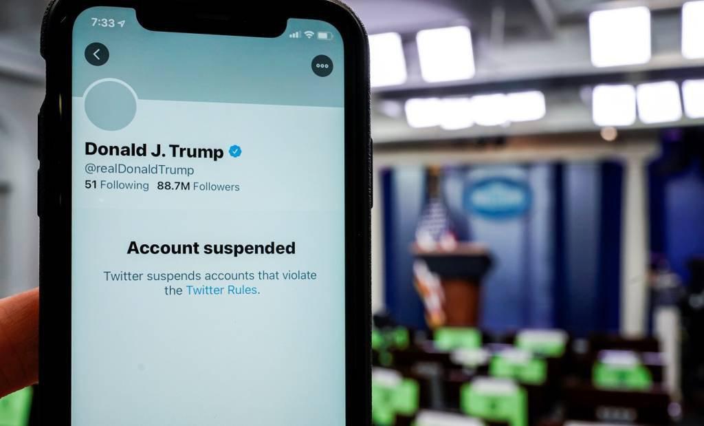 Ilustração mostra num smartphone o Twitter informando que a conta do presidente dos EUA, Donald Trump, foi suspensa