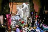 Trabalhadores da saúde municipal examinam o corpo de Shirlene Morais Costa, que morreu em casa aos 53 anos após relatar sintomas consistentes com COVID-19, em meio ao surto de doença coronavírus (COVID-19) em Manaus, Brasil, em 11 de janeiro de 2021. REUTERS / Bruno Kelly