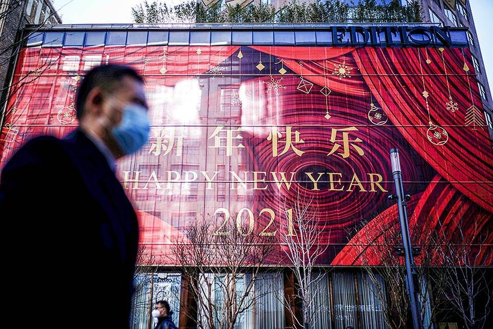 """Placa de """"Feliz Ano Novo"""" em Xangai, na China: projeção é que o país cresça na casa dos 8% em 2021"""
