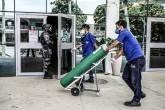 Trabalhador chega com cilindro de oxigênio ao hospital Getúlio Vargas, em meio a surto de doença coronavírus (COVID-19) em Manaus, Brasil 14 de janeiro de 2021. REUTERS / Bruno Kelly