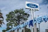 Uniformes estão pendurados do lado de fora de uma fábrica da Ford Motor Co, onde trabalhadores protestam depois que a empresa anunciou que fechará suas três fábricas no país, em Taubaté, Brasil, em 18 de janeiro de 2021. REUTERS / Roosevelt Cassio