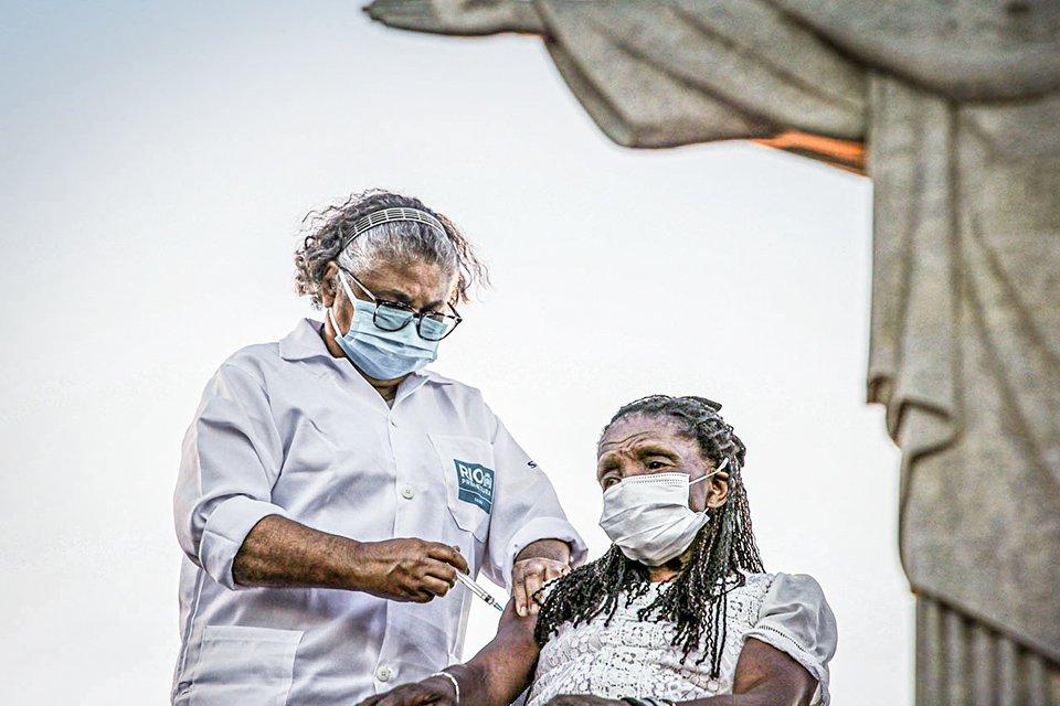 Teresinha Conceição recebe a vacina contra o coronavírus Sinovac (COVID-19) na estátua do Cristo Redentor no Rio de Janeiro, Brasil, 18 de janeiro de 2021. REUTERS / Ricardo Moraes