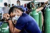 Parentes de pacientes internados ou em atendimento domiciliar, em sua maioria portadores da doença coronavírus (COVID-19), se reúnem para compra de oxigênio e envase de botijões em empresa privada em Manaus, Brasil, dia 18 de janeiro de 2021. REUTERS / Bruno Kelly
