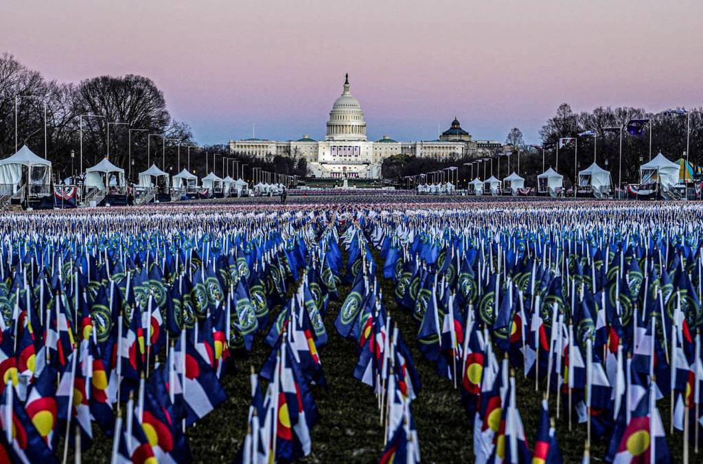 """O """"Campo de bandeiras"""" é visto no National Mall em frente ao prédio do Capitólio dos EUA, antes das cerimônias de inauguração do presidente eleito Joe Biden em Washington, EUA, 20 de janeiro de 2021. REUTERS / Allison Shelley"""