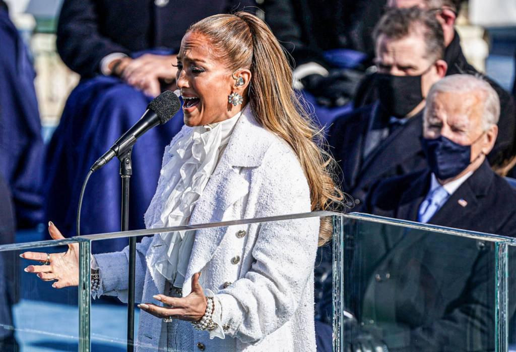 Jennifer Lopez se apresenta durante a posse de Joe Biden como 46º Presidente dos Estados Unidos na Frente Oeste do Capitólio dos EUA em Washington, EUA, em 20 de janeiro de 2021. REUTERS / Kevin Lamarque