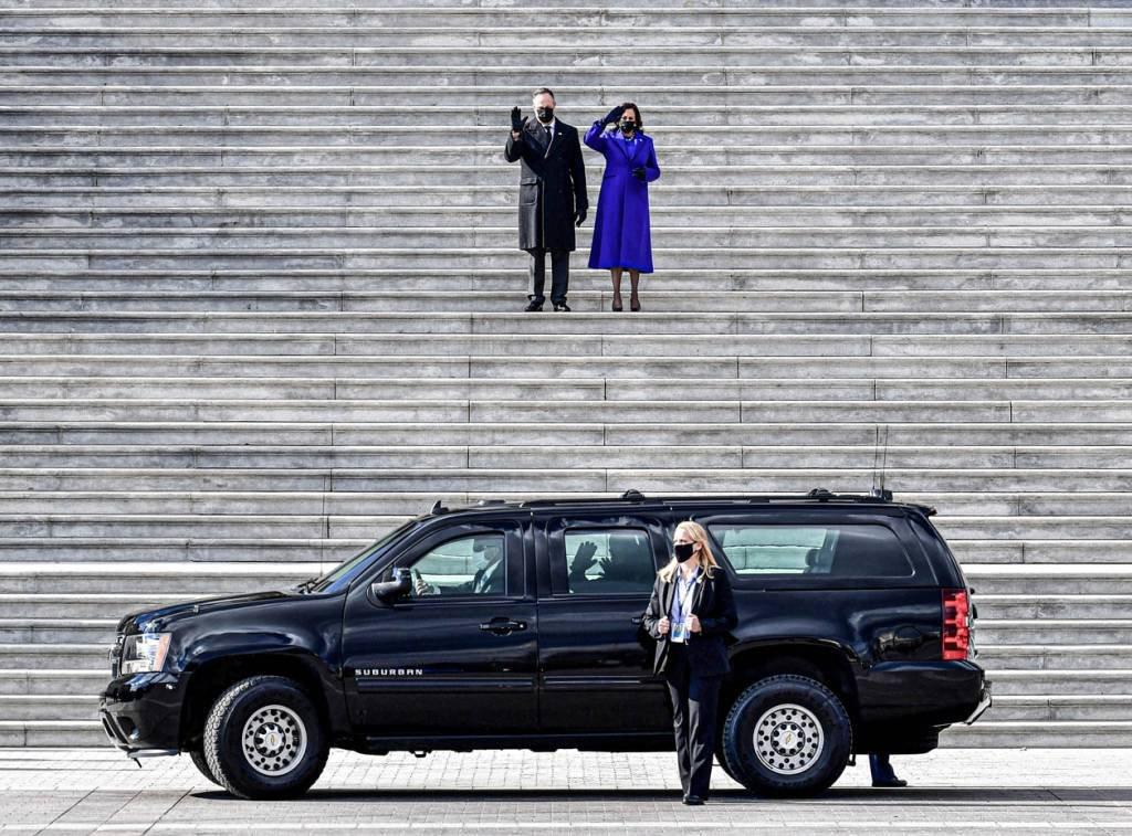 vice-presidente dos EUA Kamala Harris e seu marido Douglas Emhoff acenam nos degraus do lado leste do Capitólio dos EUA enquanto o ex-vice-presidente Mike Pence e sua esposa Karen Pence partem após a 59ª posse presidencial em Washington, EUA, em 20 de janeiro de 2021. David Tulis / Pool via REUTERS