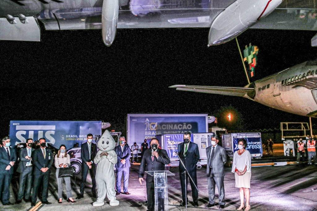 O Ministro da Saúde do Brasil, Eduardo Pazuello, fala durante a cerimônia de chegada das doses das vacinas AstraZeneca / Oxford contra a doença do coronavírus (COVID-19) da Índia, na Base Aérea do Galeão no Rio de Janeiro, Brasil, dia 22 de janeiro de 2021. REUTERS / Ricardo Moraes