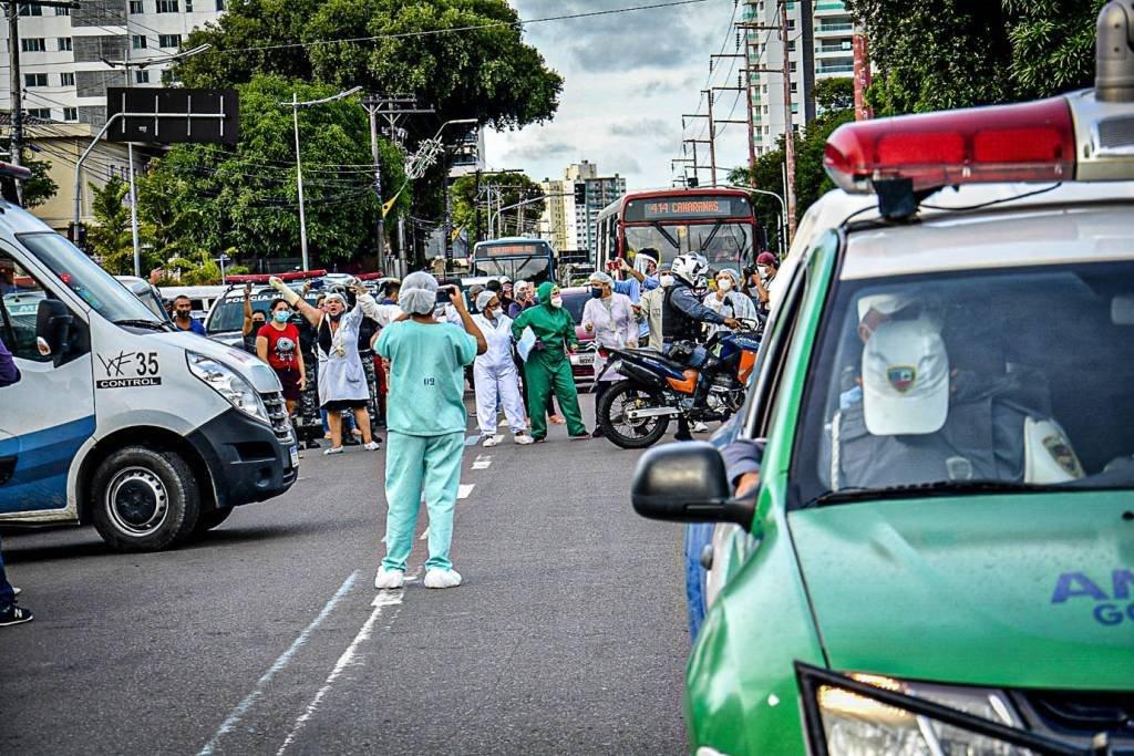 Movimentação na frente do Hospital 28 de agosto em Manaus (Foto: Márcio James/Amazônia Real)