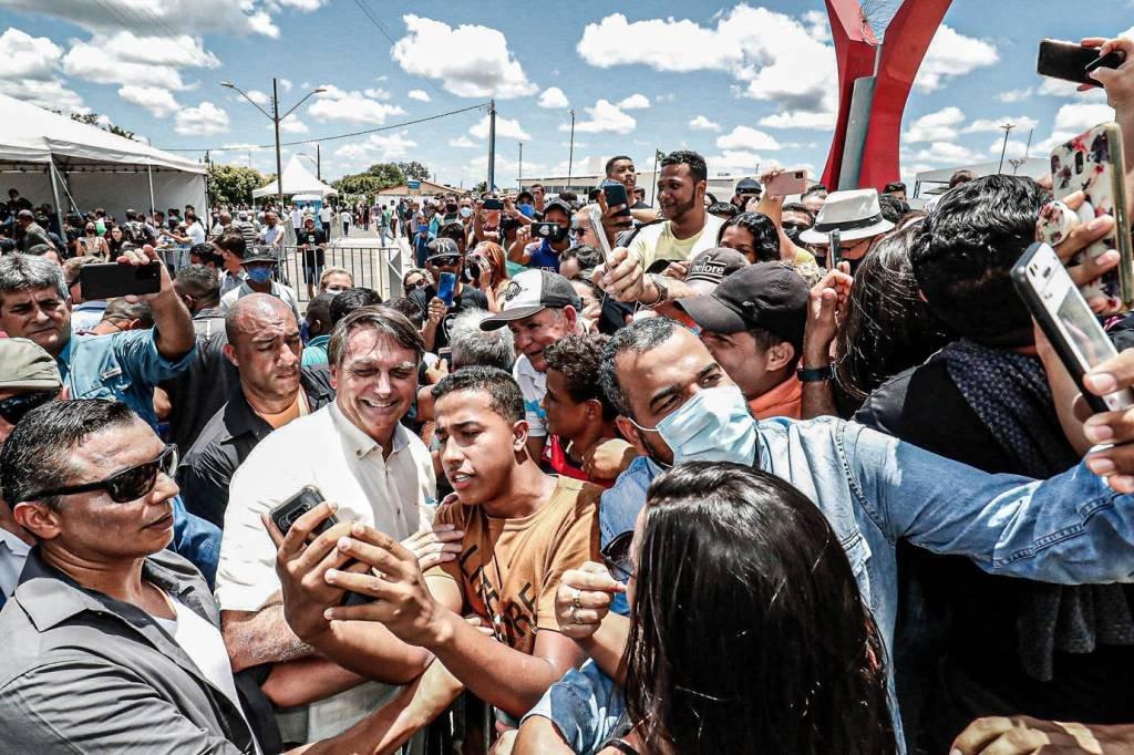 Entrega das Obras de adequação do Lote 4 da BR-135, em Coribe/BA (Coribe – BA, 21/01/2021) Presidente da República Jair Bolsonaro cumprimenta o público ao término da cerimônia. Foto: Alan Santos/PR