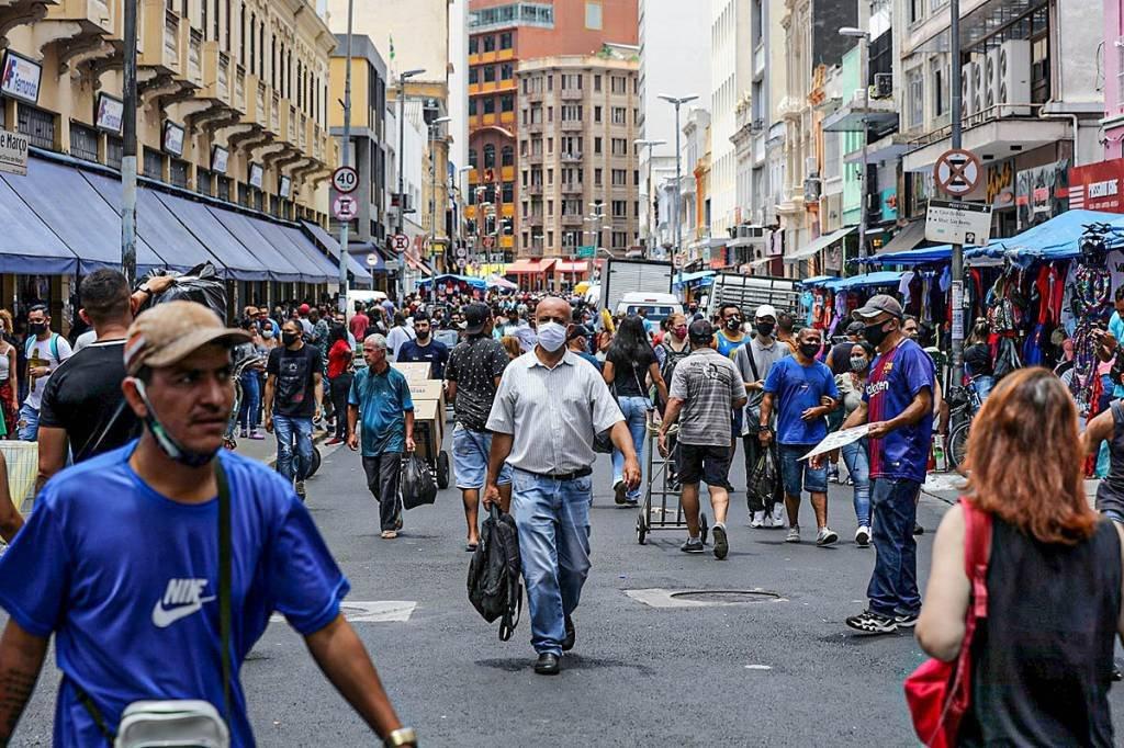 Centro de São Paulo, pessoas na rua de mascara