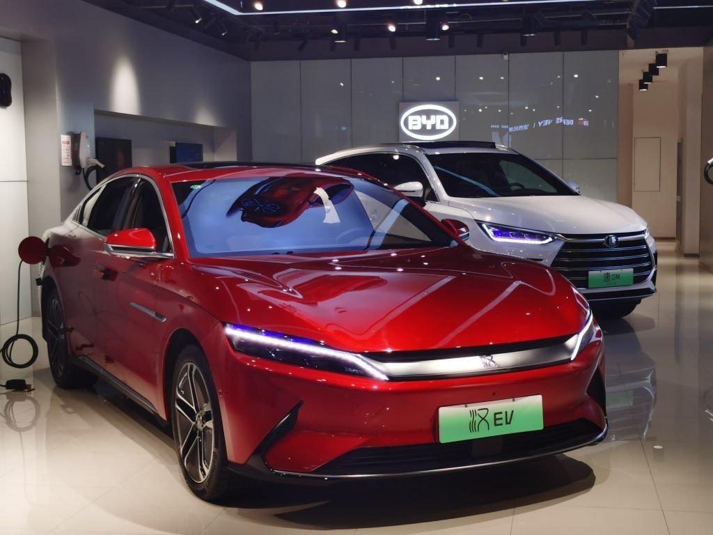 Aposta de Warren Buffett, fabricante de carros elétricos emplaca na China
