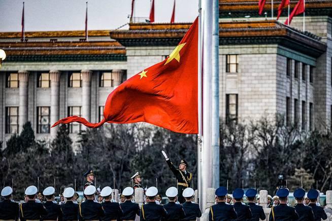 PEQUIM, CHINA - 1º DE JANEIRO: Os soldados da guarda de honra do Exército de Libertação do Povo (PLA) realizam a cerimônia de hasteamento da bandeira na Praça da Paz Celestial no dia de ano novo em 1 de janeiro de 2021 em Pequim, China. (Foto por VCG / VCG via Getty Images)