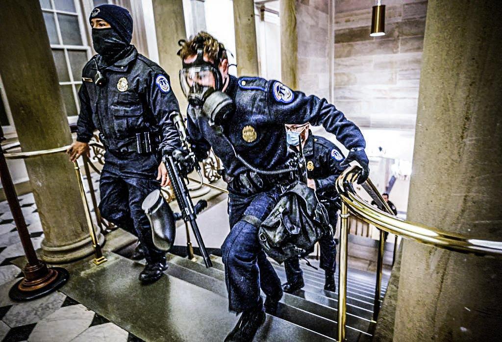 Policiais do Capitólio dos EUA tomam posições quando os manifestantes entram no prédio do Capitólio durante uma sessão conjunta do Congresso para certificar os resultados das eleições de 2020 no Capitólio em Washington, EUA, 6 de janeiro de 2021. Kevin Dietsch / Pool via REUTERS