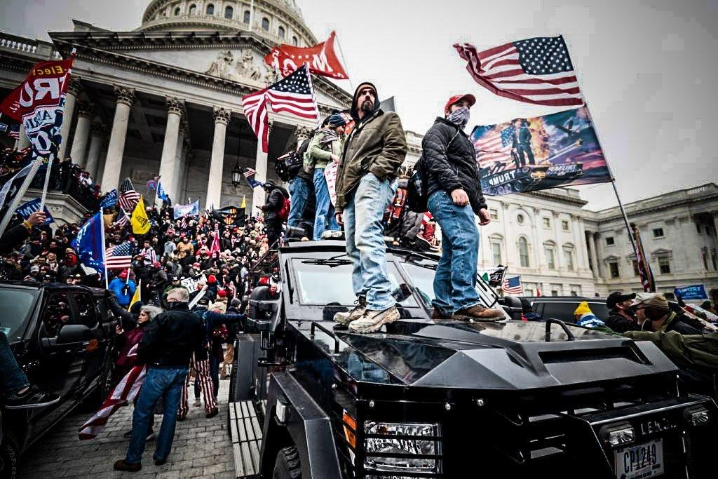 Apoiadores de Trump sobem em veículo blindado da Polícia do Congresso dos EUA