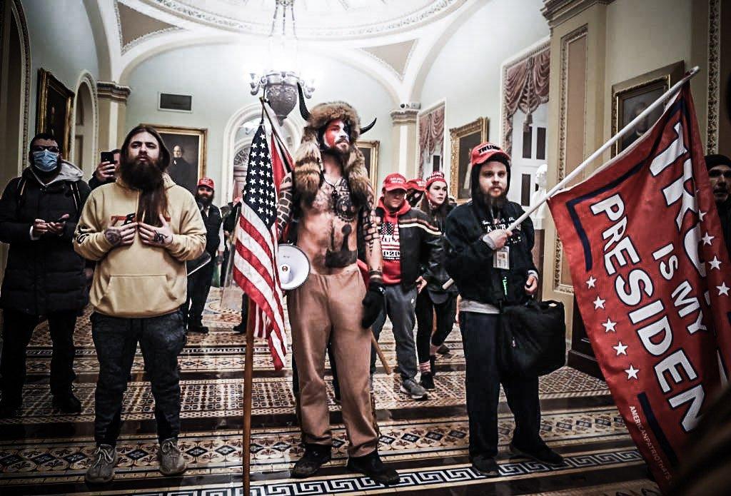 Apoiadores do presidente dos EUA, Donald Trump, entram no Cogresso dos EUA