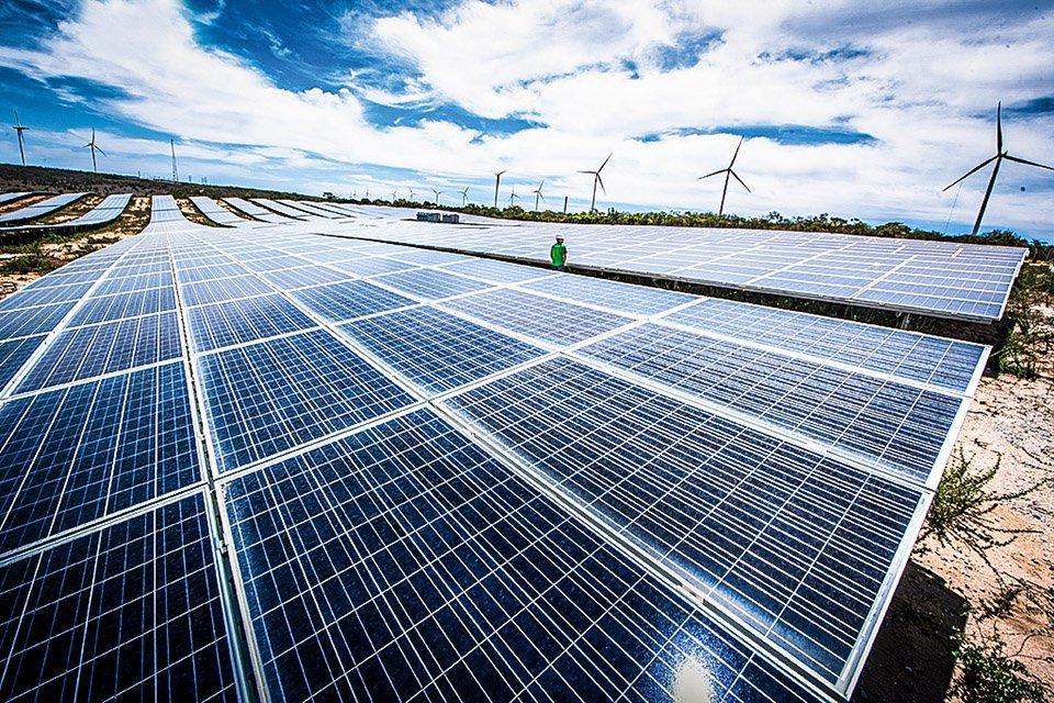 Parque híbrido de energia solar e eólica da Enel no interior de Pernambuco