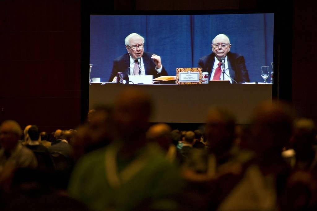 Warren Buffett (à esquerda) e Charlie Munger durante encontro anual da Berkshire Hathaway em Omaha, Nebraska